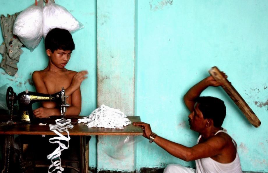 8 mois pour du t shirt il photographie le travail des enfants mr mondialisation. Black Bedroom Furniture Sets. Home Design Ideas