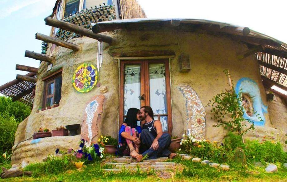 Ils réalisent leur rêve : un « éco-dome » loin du bruit du monde Casa-de-super-adobe-leo-torcello-920x585