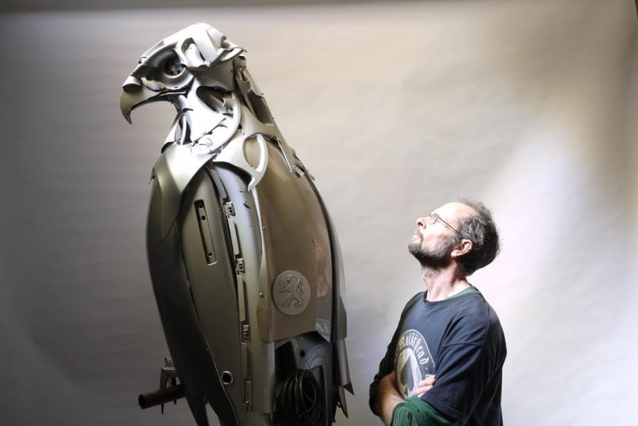 Cet artiste recycle des enjoliveurs en sculptures d une for Publication exceptionnelle