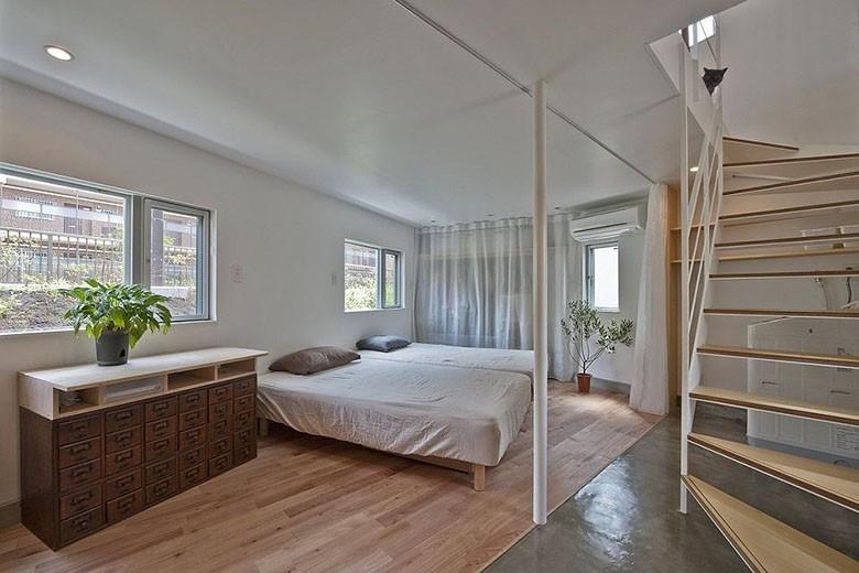 mizuishi-house-in-horinouchi-entry-and-bedroom2-via-smallhousebliss