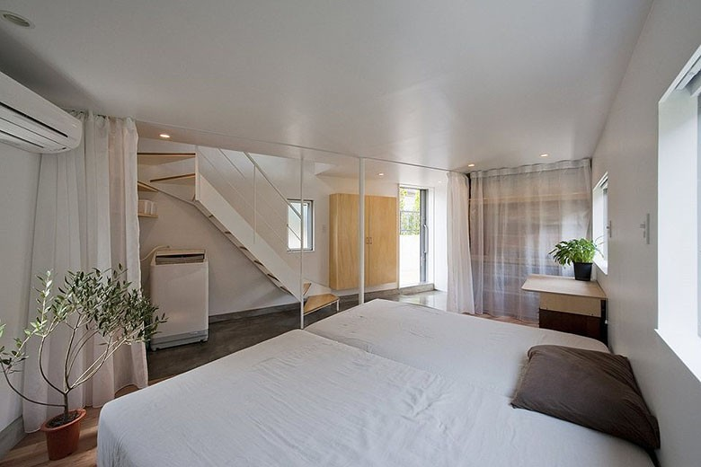 mizuishi-house-in-horinouchi-entry-and-bedroom3-via-smallhousebliss