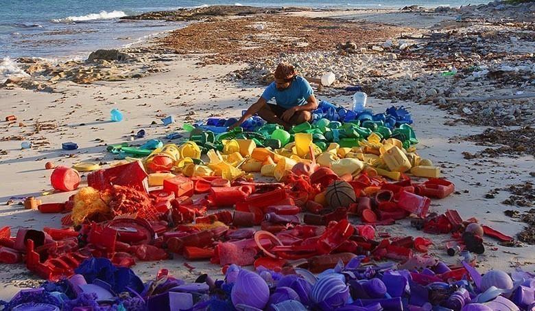 Il déverse du plastique dans l'environnement pour livrer un message 1422545928448