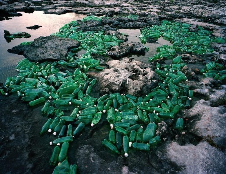 Il déverse du plastique dans l'environnement pour livrer un message Algas