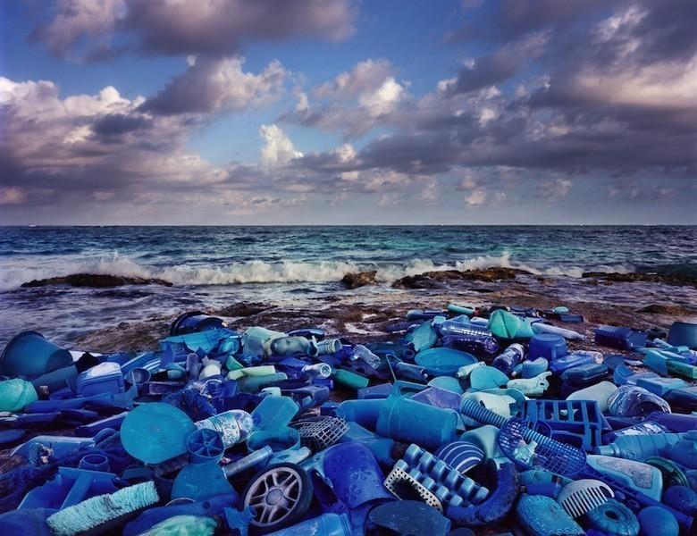 Il déverse du plastique dans l'environnement pour livrer un message Mar