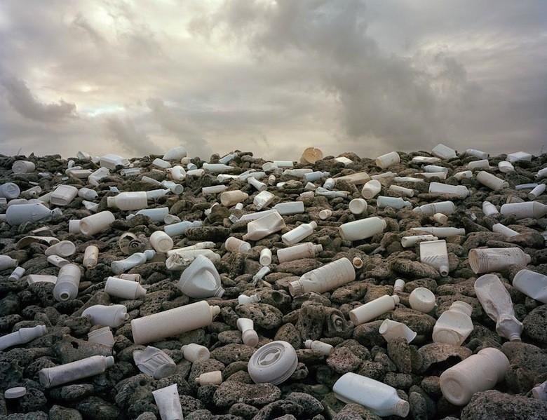 Il déverse du plastique dans l'environnement pour livrer un message Nubes-compressor