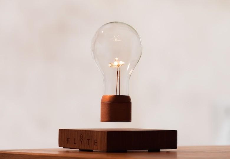 Inspiré par Tesla, il crée l'ampoule « sans fil» à lévitation Flyte01