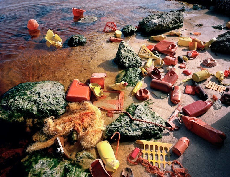 Il déverse du plastique dans l'environnement pour livrer un message Juror2_choice03