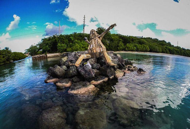 Il crée d'immenses personnages à partir de matériaux récupérés ! I-create-giant-sculptures-from-scrap-wood-3__880