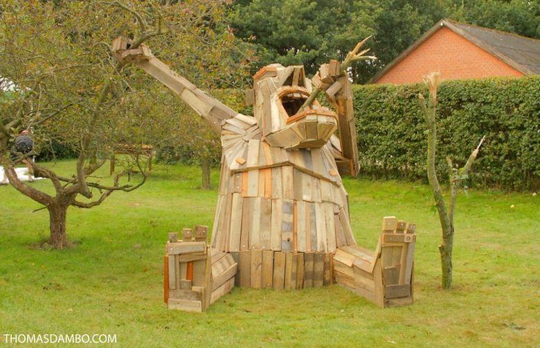 Il crée d'immenses personnages à partir de matériaux récupérés ! Giant-wood-sculpture-garden
