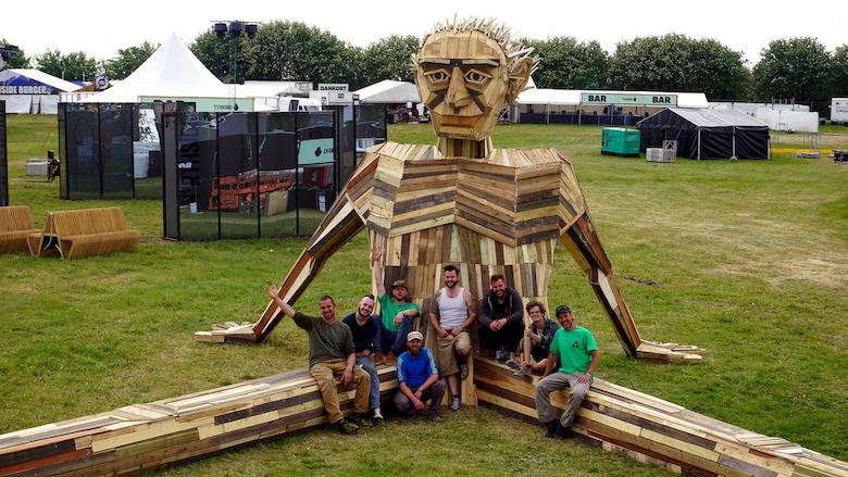 Il crée d'immenses personnages à partir de matériaux récupérés ! The-crew
