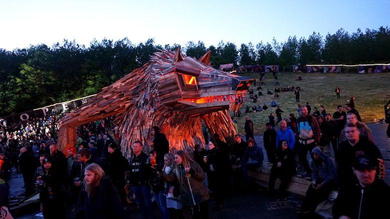 Il crée d'immenses personnages à partir de matériaux récupérés ! Wolf-lightshow