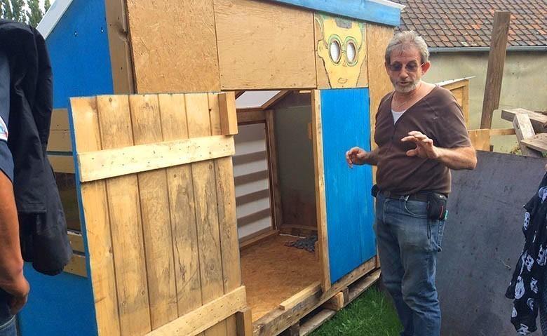 en belgique un couple recycle des palettes pour aider les sans abris mr mondialisation. Black Bedroom Furniture Sets. Home Design Ideas