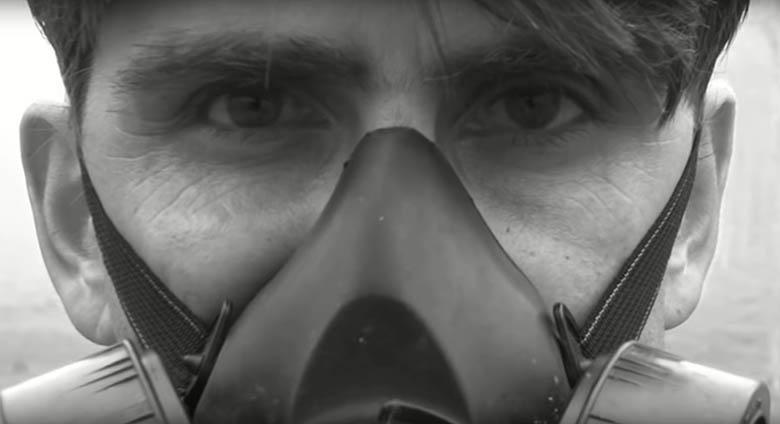 Huile de palme : un papa témoigne sous masque à gaz