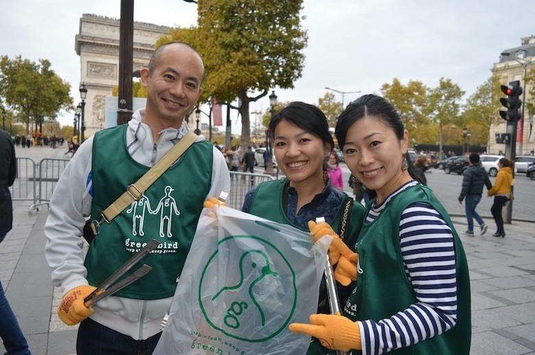 une asso japonaise nettoie les rues de Paris 12034489_1087186317972873_6402440471951234184_o