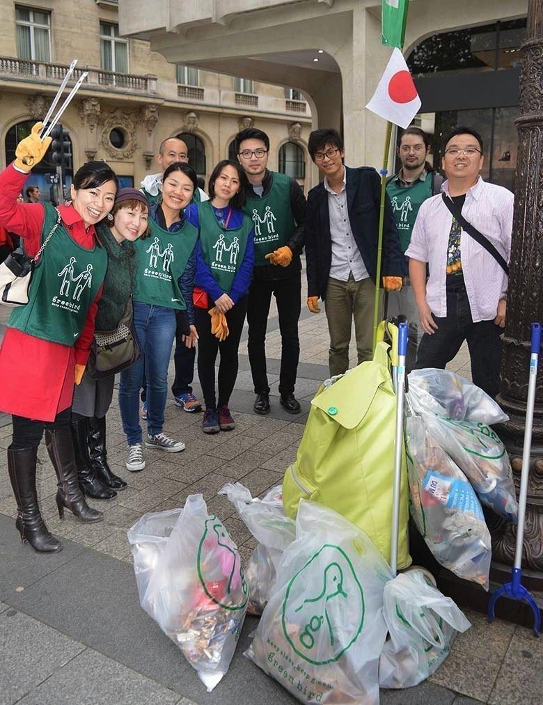 une asso japonaise nettoie les rues de Paris 12119972_1087194487972056_7425898659284161167_o