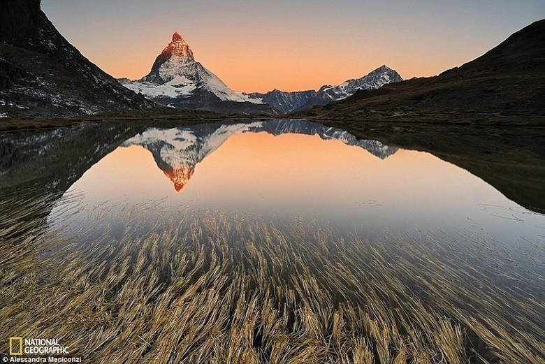 C'est de toute beauté : sites et lieux magnifiques de notre monde.  - Page 2 2DD7590F00000578-3291921-Matterhorn_Switzerland_s_alpine_Emblem_The_famous_Matterhorn_14_-a-74_1445963249797