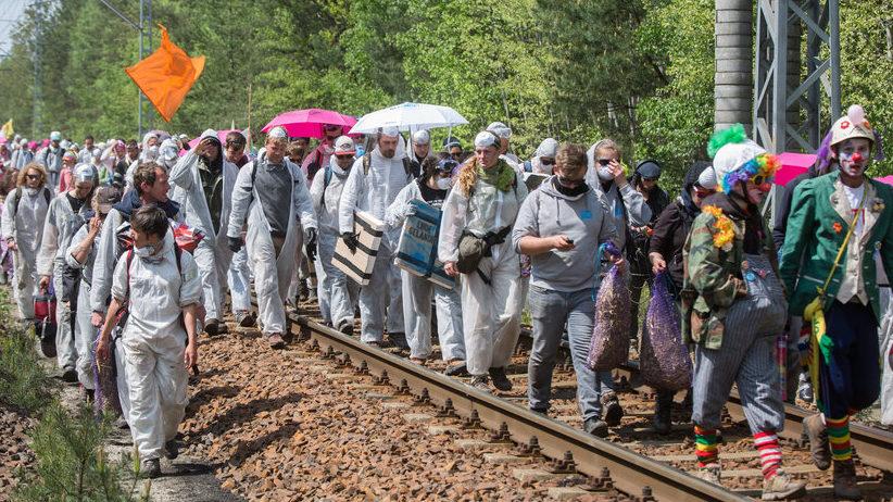 Des milliers d'activistes bloquent une usine à charbon en Allemagne