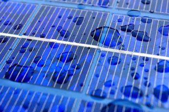 Ces panneaux solaires génèrent du courant avec la pluie