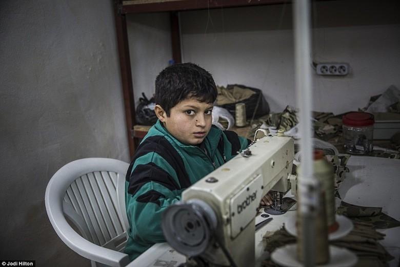 turquie des enfants syriens forc s fabriquer des v tements l1d. Black Bedroom Furniture Sets. Home Design Ideas